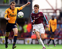 Dietmar Hamann (Liverpool) Michael Carrick (West Ham United). West Ham United 1:1 Liverpool, F.A. Carling Premiership, 17/9/2000. Credit: Colorsport / Stuart MacFarlane.