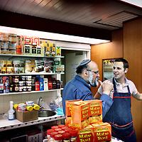 Nederland, Amsterdam , 11 april 2011..Mouwes International Food and Delicatesses in de kastelenstraat 261..Op de foto dhr. Mouwes en zoon..Mordechai Mouwes, eigenaar van de koosjere delicatessenwinkel Mouwes in Amsterdam Buitenveldert, met zijn zoon..In de Joodse gemeenschap is beroering ontstaan nu de Tweede Kamer onverdoofd slachten wil verbieden...The Jewish community is worried because the House wants to ban slaughter without stunning.