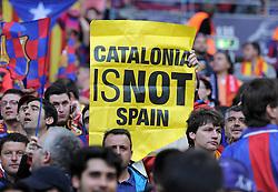 FUSSBALL      CHAMPIONSLEAGUE  FINALE     SAISON 2010/2011  28.05.2011 FC Barcelona - Manchester United FC  Champions League Sieger 2011:  FC Barcelona  feiert den Sieg Barca Fans mit einem Plakat CATALONIA IS NOT SPAIN