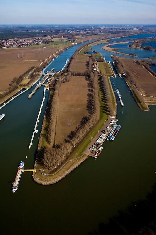 Nederland, Limburg, Gemeente Maasgouw, 07-03-2010; sluiscomplex Heel met links de dubbelsluis van het Lateraalkanaal. Links van het kanaal komt, na de sluis, een retentiegebied voor de opvang van (hoog) water. .De kleinere sluis (r) geeft toegang tot de Maas naar Roermond. Voor schepen naar het noorden biedt het kanaal een kortere en snellere route dan de oorspronkelijke Maasroute. De aanleg van het sluiscomplex zorgde er voor dat een enorme bocht in de Maas afgesneden kon worden (de Lus van Linne).Lock complex at Heel with double-lock for the Lateral canal (l). Left of the canal, after the lock, a retention area is created for the reception of (high) water..The smaller lock (r) provides access to the Maas to Roermond. For ships to the north, the channel offers a shorter and faster route than the original Maasroute. The construction of the lock complex cut of a huge bend in the Meuse(the Loop of Linne)..luchtfoto (toeslag), aerial photo (additional fee required);.foto/photo Siebe Swart