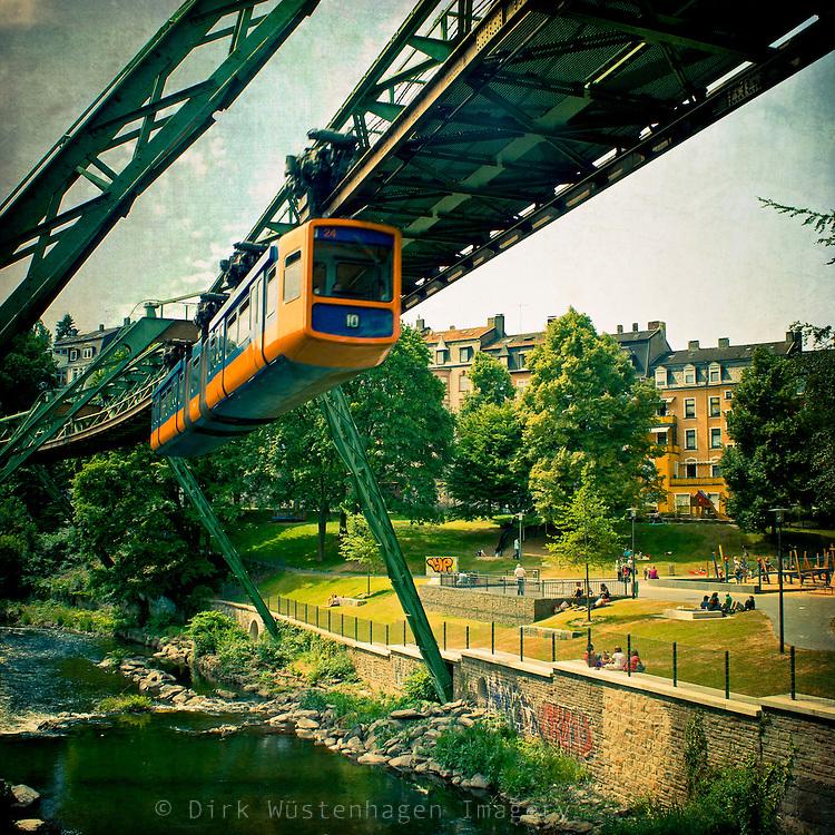 Schwebebahn Wuppertal 2<br /> Texturiertes Foto