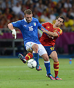 FUSSBALL  EUROPAMEISTERSCHAFT 2012   FINALE Spanien - Italien            01.07.2012 Daniele De Rossi (li, Italien) gegen Alvaro Arbeloa (re, Spanien)