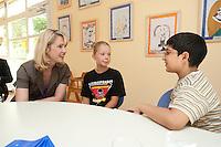 24 AUG 2009, BERLIN/GERMANY:<br /> Manuela Schwesig, SPD, Sozialministerin Mecklenburg-Vorpommern und Mitglied im Team S teinmeier, im Gespraqech mit Vanessa Pruegel (10 Jahre), und Hassan Onat (10 Jahre alt), (v.L.n.R.), waehrend dem Besuch des Familienzentrums Mehringdamm, Berlin-Kreuzberg<br /> IMAGE: 20090824-03-026<br /> KEYWORDS: Kind, Kinder, Kindergarten