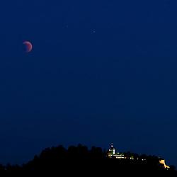 15.06.2011, Graz, AUT, Totale Mondfinsternis, im Bild der teilverdeckte Mond über dem Schlossberg, EXPA Pictures © 2011, PhotoCredit: EXPA/ Erwin Scheriau