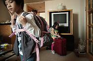 A l'Hotel de White Swan de Canton, c'est l'heure du depart pour Annalei (5 ans au centre) et Mailynn (9ans) les deux filles adoptives de Teri et Chad. Pour Meylinn, qui vient d'etre adoptee, c'est le premier grand depart vers les Etats-Unis dont elle ne connait rien.