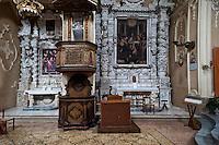 Tricase - Chiesa di San Domenico, Piazza Pisanelli. La chiesa di San Domenico è annessa al convento dei Domenicani, la cui fondazione è attestata nel XV secolo. La chiesa fu edificata tra il 1679 e il 1704, su un preesistente impianto devastato più volte dai Turchi tra XV e XVI secolo. La facciata, ultimata nel XVIII secolo, presenta un portale sormontato dalla statua di San Domenico di Guzmán e dai busti di San Pietro e San Paolo, titolari del convento. L'interno, a navata unica, è scandito da otto profonde cappelle intervallate da statue policrome di santi domenicani. In fondo alla navata, dietro all'altare maggiore, è collocato il coro, intagliato in legno di noce, realizzato dal tricasino Oronzo Pirti.