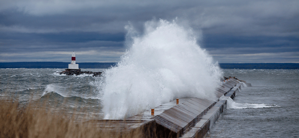 Marquette Upper Harbor Breakwall Light and heavy surf lighthouses in the Upper Peninsula of Michigan photos, pictures, images of Marquette Michigan, Marquette, MI
