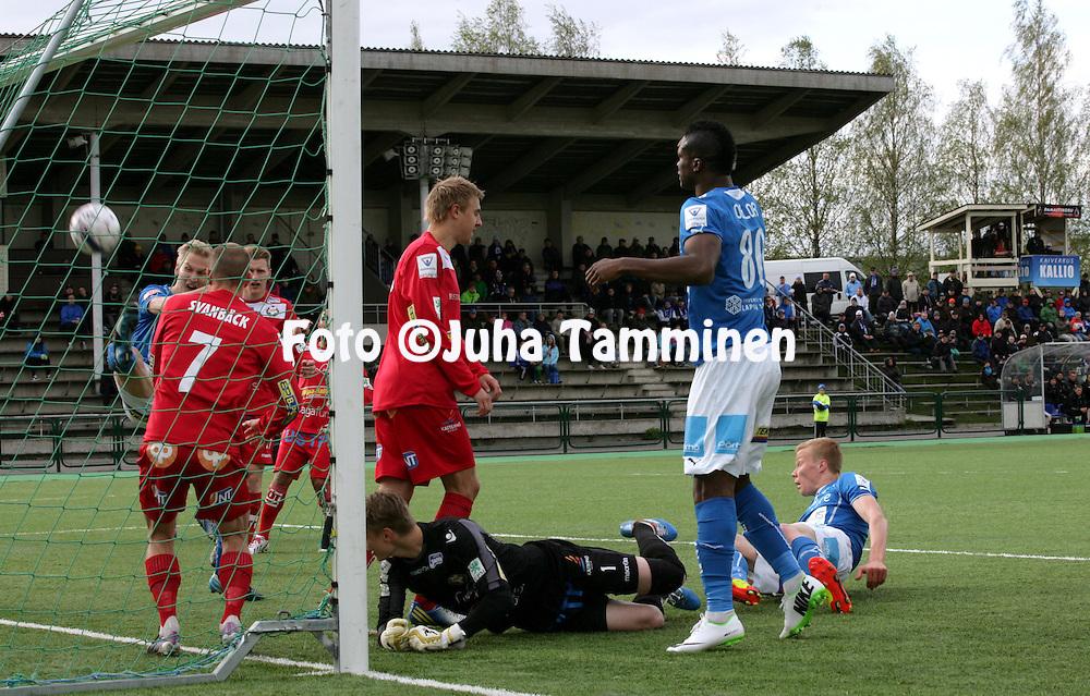 26.5.2014, Keskuskentt&auml;, Rovaniemi.<br /> Veikkausliiga 2014.<br /> Rovaniemen Palloseura - FF Jaro.<br /> Jaron maalivahti Jesse &Ouml;st makaa maassa, kun Simo Roiha vie RoPSin 1-0 johtoon.