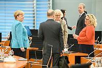 02 SEP 2020, BERLIN/GERMANY:<br /> Angela Merkel, CDU, Bundeskanzlerin, Olaf Scholz, SPD, Bundesfinanzminister, Christine Lambrecht, SPD, Bundesjustizministerin, und Svenja Schulze, SPD, Bundesumweltministerin, (v.L.n.R.), im Gespraech, vor Beginn einer SItzung des Kabinetts im grossen Sitzungssaal, der aufgrund der Corona-Vorgaben fuer die Kabinettsitzung genutzt wird, Budneskanzleramt<br /> IMAGE: 20200902-01-033<br /> KEYWORDS: Sitzung, Kabinett, Gespräch