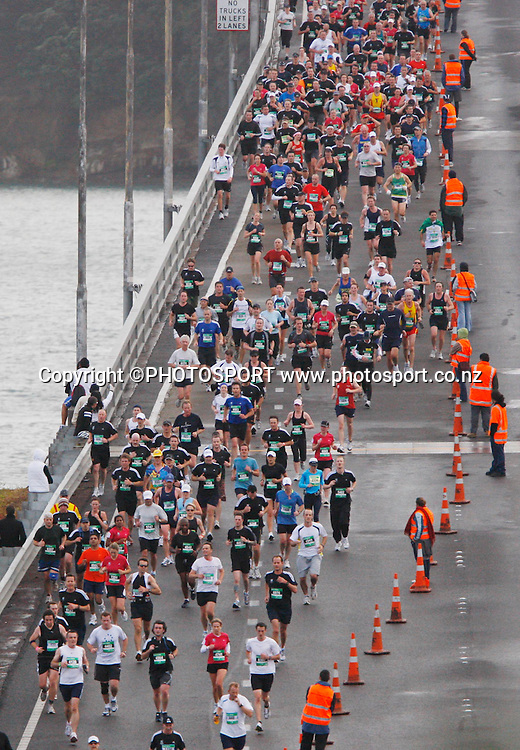 Participants make their way over the Harbour Bridge.<br />Adidas Auckland Marathon, Sunday 2 November 2008. Photo: Renee McKay/PHOTOSPORT
