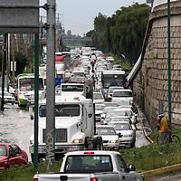 MEXICALTZINGO, Mexico.- La fuerte lluvia que callo por Metepec y Mexicaltzingo, ocasiono encharcamientos sobre la carretera Toluca Tenango, registrándose largas filas de vehículos que circulabas a vuelta de rueda. Agencia MVT. José Hernández.  (DIGITAL)