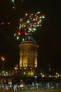 Mannheim. 01.01.18 |<br /> Am Wasserturm. Silvester. Die Menschen feiern den Start in das Jahr 2018.<br /> Mit Raketen und Böller wird der Wasserturm in ein buntes Licht getaucht.<br /> Bild-ID 329 | Markus Proßwitz 01JAN18 / masterpress
