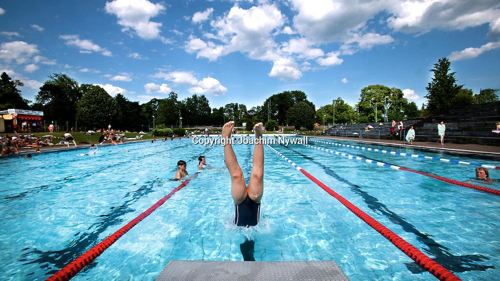 Trollh&auml;ttan 2006 utebadet p&aring; &Auml;lvh&ouml;gsborg barn dyker i pool simbass&auml;ng badhus sommar swimmingpool <br /> <br /> <br /> ---<br /> FOTO : JOACHIM NYWALL KOD 0708840825_1<br /> COPYRIGHT JOACHIM NYWALL<br /> <br /> ***BETALBILD***<br /> Redovisas till <br /> NYWALL MEDIA AB<br /> Strandgatan 30<br /> 461 31 Trollh&auml;ttan<br /> Prislista enl BLF , om inget annat avtalas.