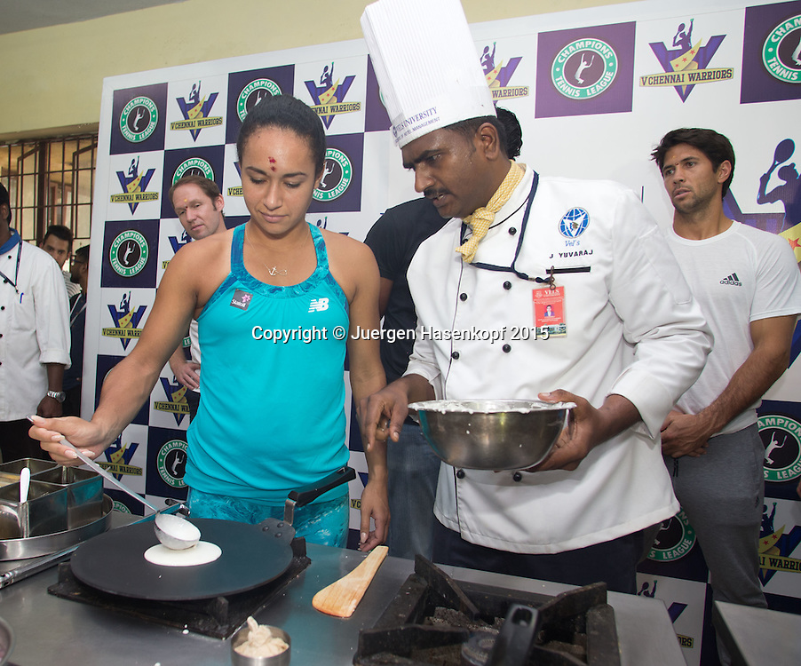 Champions Tennis League 2015, Chennai  Heather Watson (GBR) backt eine indische Spezialitatet,ein Dosa ,<br /> <br /> Tennis - Champions Tennis League 2015 -  -   - Chennai - Tamil Nadu - India  - 25 November 2015. <br /> &copy; Juergen Hasenkopf
