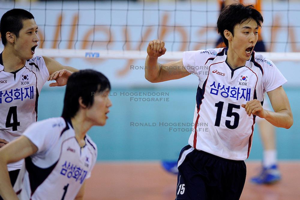 09-07-2010 VOLLEYBAL: WLV NEDERLAND - ZUID KOREA: EINDHOVEN<br /> Nederland verslaat Zuid Korea met 3-1 /  Hyun Yong Ha, Young Soo Shin en Sung Min Moon<br /> ©2010-WWW.FOTOHOOGENDOORN.NL