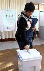 DEC 19 2012 Polling station in Seoul