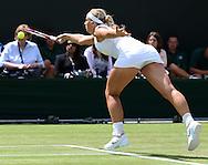 Wimbledon Championships 2012 AELTC,London,.ITF Grand Slam Tennis Tournament,.Sabine Lisicki (GER) streckt sich zur Vorhand, Aktion,,Einzelbild,Ganzkoerper, Querformat,.