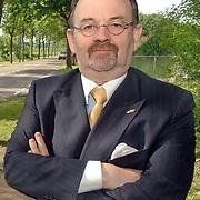NLD/Huizen/20060602 - VVD Huizen fractievoorzitter Carel Bikkers bij het bord Huizen