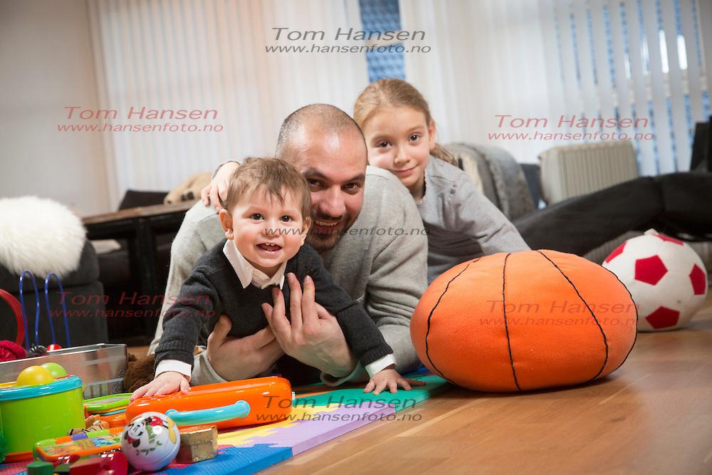 BERGEN, 20160112: Marco Elsafadi sammen med kjæresten Solveig Robberstad Næss, barna Sarah Valle Elsafadi og Noah Næss Elsafadi.  FOTO: TOM HANSEN