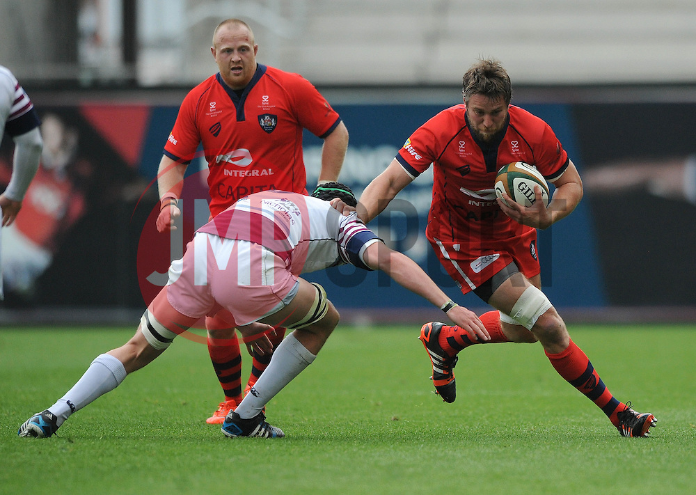 Rotherham Lock Sean Robinson challenges for the ball with Bristol Flanker Ryan Jones - Photo mandatory by-line: Dougie Allward/JMP - Mobile: 07966 386802 - 02/05/2015 - SPORT - Rugby - Bristol - Ashton Gate - Bristol Rugby v Rotherham Titans - Greene King IPA Championship
