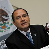 """TOLUCA, México.- Gustavo Vicencio Acevedo,  delegado de la secretaría de Economía en el Estado de México dio a conocer en conferencia de prensa los requisitos para poder ser una """"Empresa Integradora"""" y los beneficios que esto puede representar para los emprendedores, y se presentaron los resultados del Programa de Apoyo a Discapacitados de FONAES en el Estado de México. Agencia MVT / Crisanta Espinosa. (DIGITAL)"""