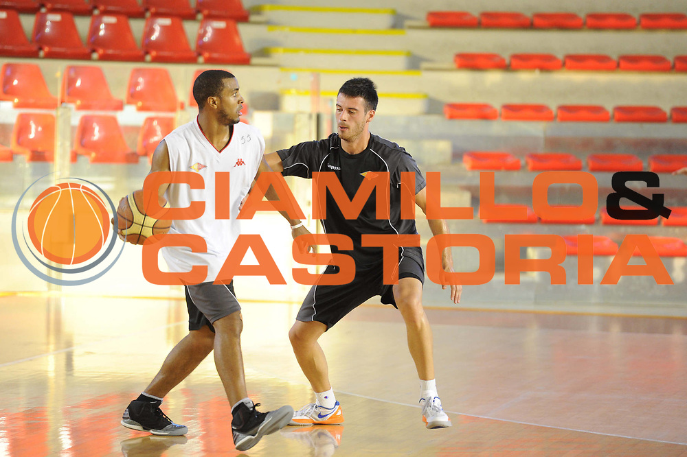 DESCRIZIONE : Roma Lega Basket A 2012-13  Allenamento Virtus Roma<br /> GIOCATORE : Jordan Taylor<br /> CATEGORIA : palleggio controcampo penetrazione<br /> SQUADRA : Virtus Roma <br /> EVENTO : Campionato Lega A 2012-2013 <br /> GARA :  Allenamento Virtus Roma<br /> DATA : 28/08/2012<br /> SPORT : Pallacanestro  <br /> AUTORE : Agenzia Ciamillo-Castoria/GiulioCiamillo<br /> Galleria : Lega Basket A 2012-2013  <br /> Fotonotizia : Roma Lega Basket A 2012-13  Allenamento Virtus Roma<br /> Predefinita :