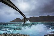 Big waves by Runde bridge | Støre bølger ved Rundebrua.