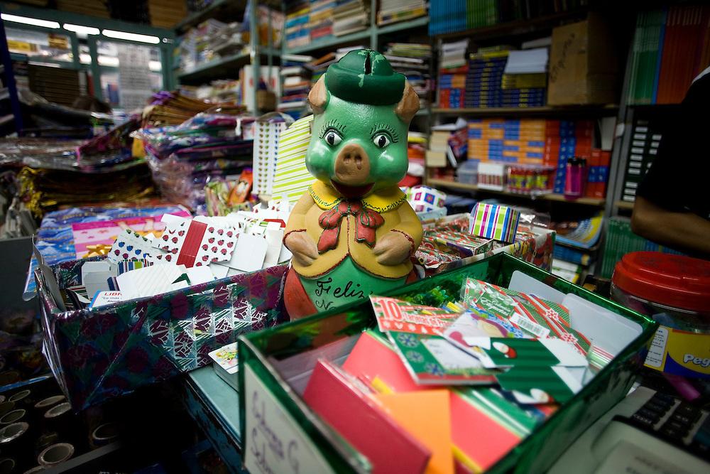 Los Cochinitos son emblema de la navidad venezolana. Aunque no son incluidos en el renglon que agrupa las tradiciones populares, las alcancias aparecen con la llegada de la Navidad en quioscos, panaderias, mercados, centros comerciales o en puestos de buhoneros y bodeguitas. (ivan gonzalez)