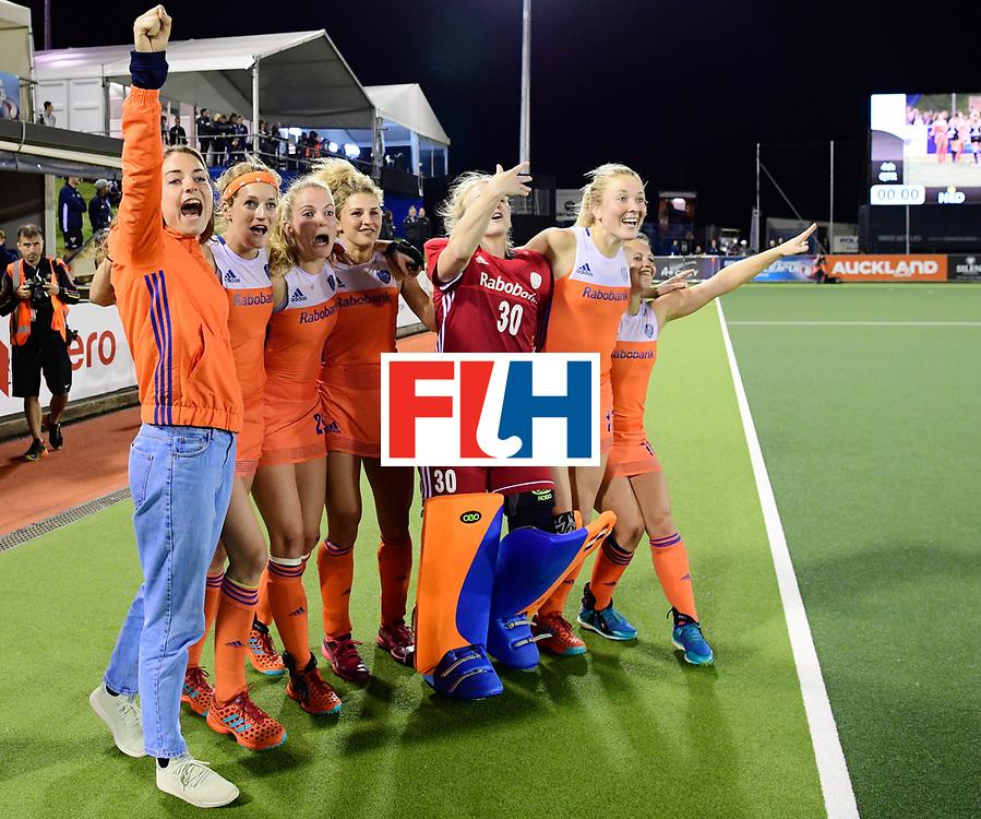 AUCKLAND - Sentinel Hockey World League final women<br /> Match id:10322<br /> 22 NED v NZL (Final)<br /> Foto: va de Goede, /Carlien Dirkse van den Heuvel , Maartje Krekelaar Maria Verschoor , Julia Remmerswaal (Gk) Ireen van den Assem  en Kelly Jonker staan klaar om het veld in te rennen.<br /> Netherlands wins the Sentinel Hockey World League<br /> WORLDSPORTPICS COPYRIGHT FRANK UIJLENBROEK