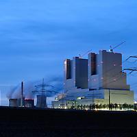DEU , DEUTSCHLAND : Das neue Kohlekraftwerk Neurath II der RWE AG , links das alte Kraftwerk Neurath I.   DEU , GERMANY : The new coal power plant Neurath II of RWE AG , on the left the old power plant Neurath I .  07.02.2011.   Copyright by : Rainer UNKEL