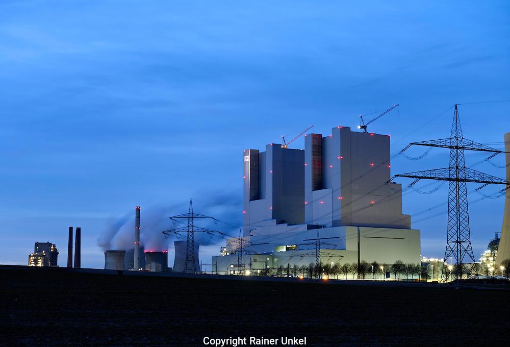 DEU , DEUTSCHLAND : Das neue Kohlekraftwerk Neurath II der RWE AG , links das alte Kraftwerk Neurath I.  |DEU , GERMANY : The new coal power plant Neurath II of RWE AG , on the left the old power plant Neurath I|.  07.02.2011.   Copyright by : Rainer UNKEL