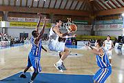DESCRIZIONE : Bormio Torneo Internazionale Maschile Diego Gianatti Italia Svezia <br /> GIOCATORE : Andrea Bargnani<br /> SQUADRA : Italia Italy<br /> EVENTO : Raduno Collegiale Nazionale Maschile <br /> GARA : Italia Svezia Italy Sweden <br /> DATA : 16/07/2009 <br /> CATEGORIA :  penetrazione passaggio<br /> SPORT : Pallacanestro <br /> AUTORE : Agenzia Ciamillo-Castoria/G.Ciamillo