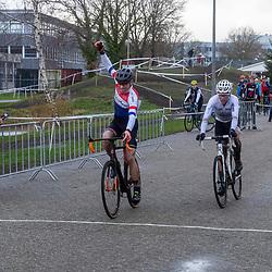 08-12-2019: Wielrennen: veldrit: Almelo<br />Maarten Nijland klopt Erik Dekker in de sprint in Almelo