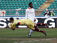 Bari (BA), 13-02-2011 ITALY - Italian Soccer Championship Day 25 - Bari VS Genoa..Pictured: Okaka (BA) Eduardo (GE).Photo by Giovanni Marino/OTNPhotos . Obligatory Credit