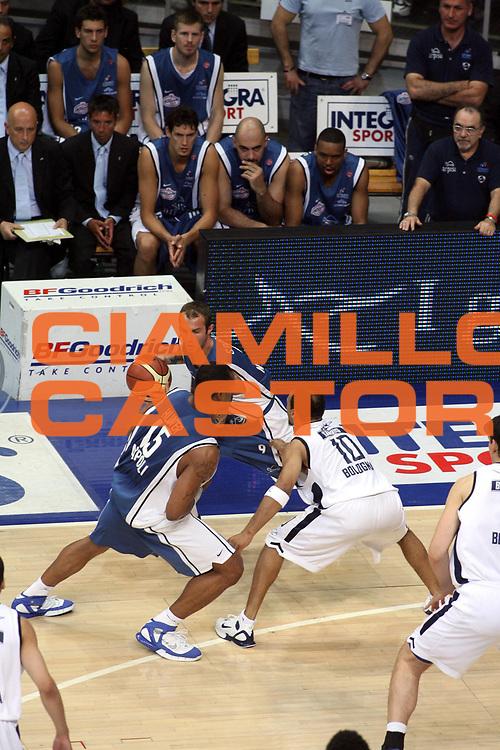 DESCRIZIONE : Bologna Lega A1 2005-06 Play Off Semifinale Gara 5 Climamio Fortitudo Bologna Carpisa Napoli <br />GIOCATORE : Spinelli Sequenza 125<br />SQUADRA : Carpisa Napoli <br />EVENTO : Campionato Lega A1 2005-2006 Play Off Semifinale Gara 5 <br />GARA : Climamio Fortitudo Bologna Carpisa Napoli <br />DATA : 11/06/2006 <br />CATEGORIA : Palleggio <br />SPORT : Pallacanestro <br />AUTORE : Agenzia Ciamillo-Castoria/G.Ciamillo