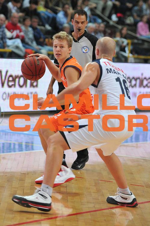 DESCRIZIONE : Verona Lega Basket A2 2011-12 Amichevole Tezenis Verona Fileni BPA Jesi <br /> GIOCATORE : Matteo Battisti<br /> CATEGORIA : Palleggio<br /> SQUADRA : Tezenis Verona Fileni BPA Jesi<br /> EVENTO : Campionato Lega A2 2011-2012<br /> GARA : Tezenis Verona Fileni BPA Jesi<br /> DATA : 09/10/2011<br /> SPORT : Pallacanestro <br /> AUTORE : Agenzia Ciamillo-Castoria/M.Gregolin<br /> Galleria : Lega Basket A2 2011-2012 <br /> Fotonotizia : Venezia Lega Basket A2 2011-12 Amichevole Tezenis Verona Fileni BPA Jesi<br /> Predefinita :