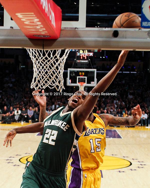 3月17日,密尔沃基雄鹿队球员克里斯-米德尔顿 (前)在比賽中上篮。 当日,在2016-2017赛季NBA常规赛中,洛杉矶湖人队主场以103比107不敌密尔沃基雄鹿队。 新华社发 (赵汉荣摄)<br /> Milwaukee Bucks guard Khris Middleton (#22) goes up for a layup against Los Angeles Lakers during an NBA basketball game, Friday, March 17, 2017.(Photo by Ringo Chiu/PHOTOFORMULA.com)<br /> <br /> Usage Notes: This content is intended for editorial use only. For other uses, additional clearances may be required.