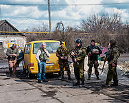 Valeriy Garagutz posing with some Ukrainian soldiers after they received food and toilets articles from the volunteers.