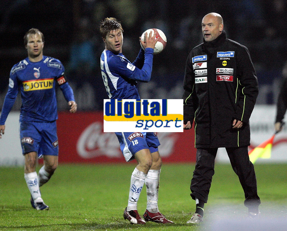 Fotball<br /> Tippeliga 2006<br /> 15.10.2006<br /> Sandefjord v Lillestr&oslash;m 1-1<br /> Foto: Morten Olsen, Digitalsport<br /> <br /> Erik Mjelde - Sandefjord<br /> Uwe R&ouml;sler - trener Lillestr&oslash;m
