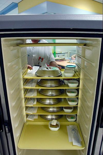 Nederland, Nijmegen, 4-5-2006..Wagen, kar met maaltijden in een ziekenhuis, instelling. Voeding, kwaliteit eten, centrale keuken...Foto: Flip Franssen