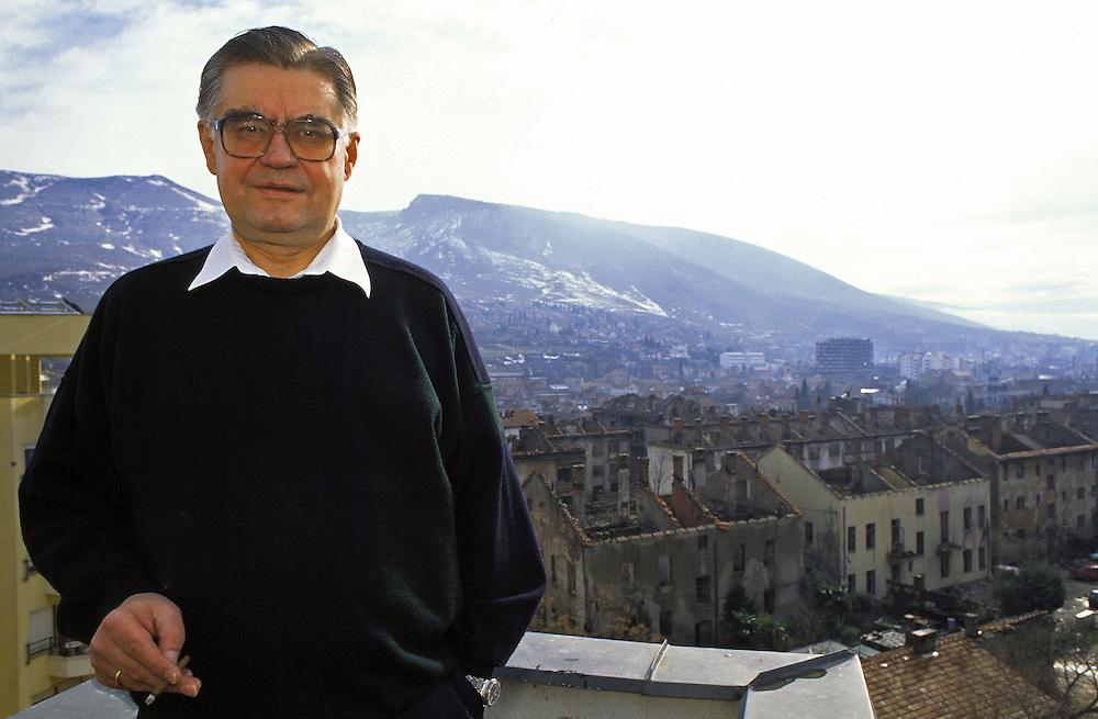Former Yugoslavia - BOSNIA  Ehemaliges Jugoslawien; BALKAN - BOSNIEN<br />HANS KOSCHNICK, EU-Verwalter der Stadt Mostar auf dem Dach des Hotel Euro, Sitz der EU-Verwaltung im kroatischen Teil der Stadt; 14.02.1996; &copy; Christian Jungeblodt