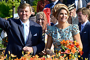 Koningsdag 2014 in de Rijp, het vieren van de verjaardag van de koning. / Kingsday 2014 in the Rijp , celebrating the birthday of the King. <br /> <br /> <br /> Op de foto / On the photo:   Koning Willem-Alexander en  koningin Maxima met prinses Beatrix en hun familie  maken een vaartocht door de Buizenhaven<br /> <br /> King Willem-Alexander and Princess Maxima with Queen Beatrix and their families make a trip through the Port