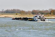 Nederland, Waal, 5-3-2013Verkeer van binnenvaartschepen op de waal, rijn, richting het duitse ruhrgebied. Een zesbaks duwcombinatie geladen met kolen, steenkool.Foto: Flip Franssen/Hollandse Hoogte