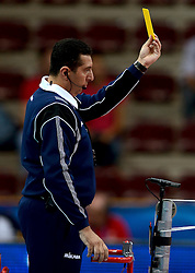 28-09-2014 ITA: World Championship Volleyball Mexico - Nederland, Verona<br /> Nederland wint met 3-0 van Mexico / Referee Scheidsrechter geeft de gele kaart aan Ron Zwerver