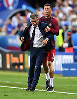 FUSSBALL EURO 2016 FINALE IN PARIS  Portugal - Frankreich          10.07.2016 Cristiano Ronaldo (re) gibt den Sidekick von Trainer Fernando Santos (li, beide Portugal).