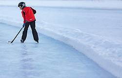 THEMENBILD - ein Junge spielt Eishockey am zugefrorenen Ritzensee, aufgenommen am 01. März 2018, Ort, Österreich // a boy plays ice hockey on 2018/03/01, Saalfelden, Austria. EXPA Pictures © 2018, PhotoCredit: EXPA/ Stefanie Oberhauser