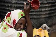 Sophia Abdi Noor p&aring; valgkampagne i landsbyen Gababa som ligger nord for Tana River, som har v&aelig;ret plaget af d&oslash;delige sammenst&oslash;d mellem pastoralister -som ofte er somaliske kenyanere og jorddyrkere langs med foden bred. Sammenst&oslash;dende har handlet om adgang til vandressurserne og gr&aelig;sning af pastoralisternes f&aring;r og kv&aelig;g p&aring; den frugtbare jord.<br /> Kvinde sidder og venter p&aring; vandet fra tankbilen som Sophia Abdi Noor har bestilt.