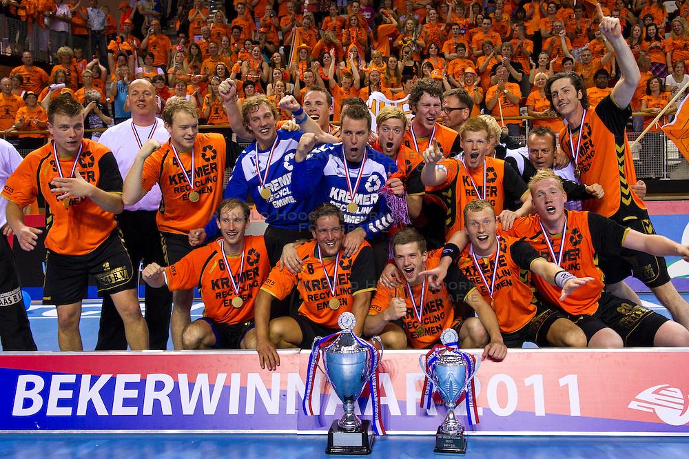 02-06-2011 HANDBAL: BEKERFINALE HURRY UP - O EN E: ALMERE<br /> Het team van Kremer Hurry Up met de beker en de wisselbeker<br /> ©2011-FotoHoogendoorn.nl / Peter Schalk