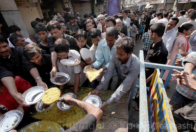 People rush to free food distribution during Ashura in Mumbai, India, Monday, Dec. 28, 2009. Ashura, which falls on the 10th day of Muharram under the Islamic lunar calendar, is one of the most important holy days for Shiite Muslims. It marks the death of Islam's Prophet Muhammad's grandson Imam Hussein..Photo by Kuni Takahashi.