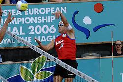 26-08-2006: VOLLEYBAL: NESTEA EUROPEAN CHAMPIONSHIP BEACHVOLLEYBALL: SCHEVENINGEN<br /> Gijs Ronnes pakt de zilveren medaille op het EK<br /> ©2006-WWW.FOTOHOOGENDOORN.NL